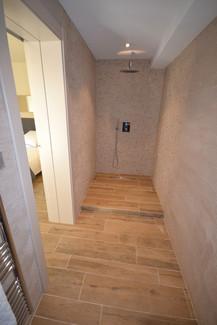 Salle de bain avec douche à l'italienne et lavabo (chambre 1)