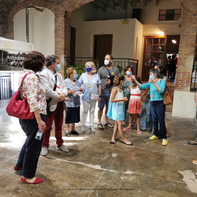 La documentalista Rosa Vidal i el comissari joan Casellas fent la visita guiada