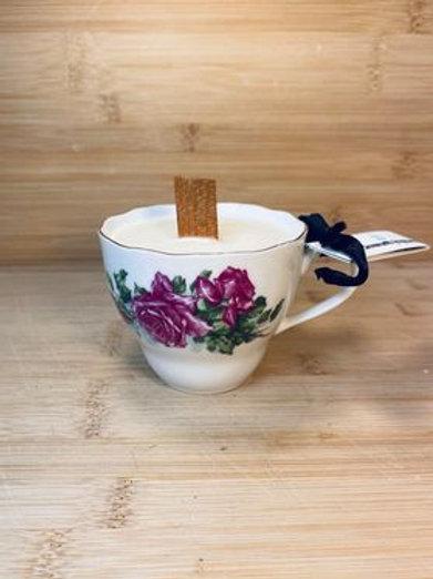 chandelle dans tasse de fantaisie  a la vanille française