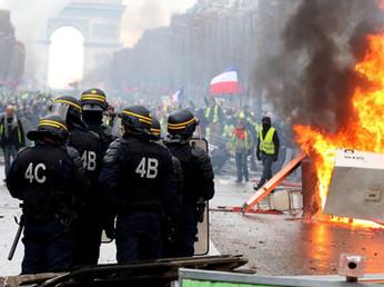 """A Macron gli sono rimasti solo i """"suoi"""" intellettuali (e pure pochi)"""