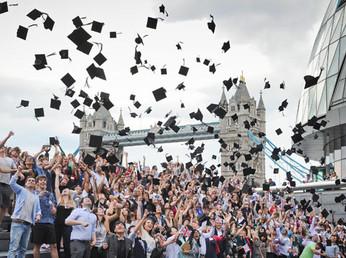 La Gran Bretagna si interroga: vale (ancora) la pena laurearsi?