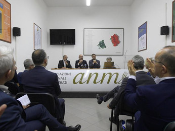 """Mercato dei giudici, Anm all'attacco: """"Ora via dal Csm""""."""