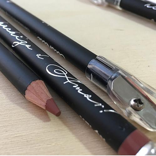 e75b63c99 lápiz labial que destaca el color natural de tus labios y les da mayor  volumen. los hace ver uniformes y perfectos. Es de color mate.