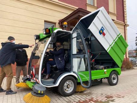 Odovzdanie zametacieho vozu eSweeper S22 s elektrickým pohonom