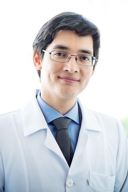 Foto Dr.Cristiano de jaleco ângulo fecha