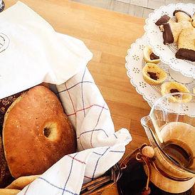 Fika med hemmabakat bröd och kakorpå Café Säterdalen