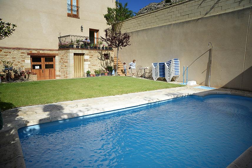 hotel-castellote-jardin-piscina-11.jpeg