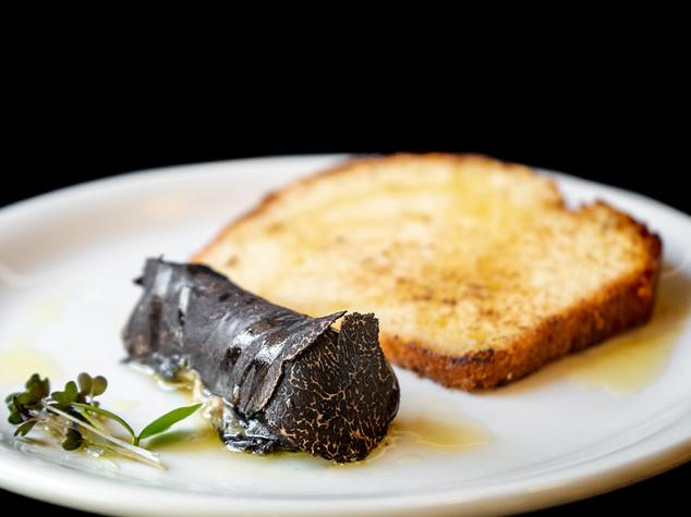 Terrina de foie con baño de trufa negra y brioche de mantequilla tostada