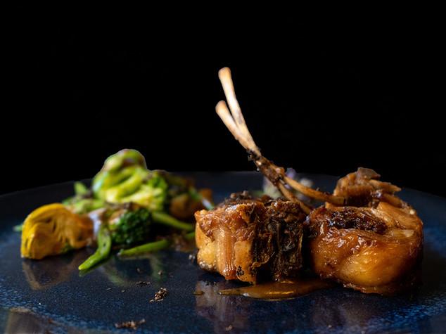 Carne de cabritillo relleno de duxelle trufada y verduras de invierno