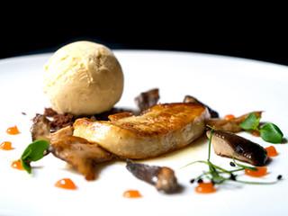 """Medallón de foie con """"Llanege Negres"""" (Hygrophours latitabundus), membrillo y helado de pimienta"""