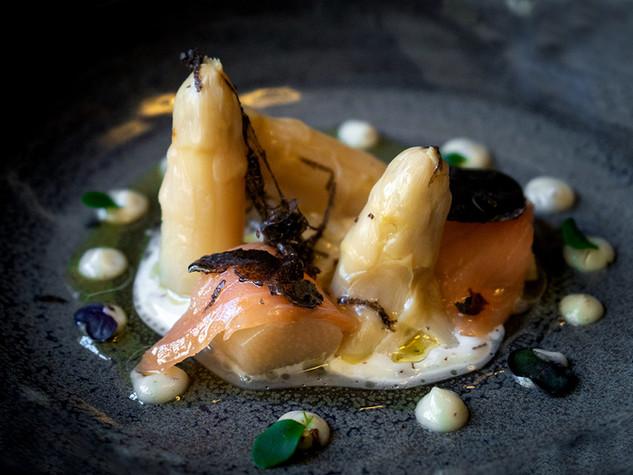Espárragos con mahonesa trufada y salmón noruego salvaje con láminas de trufa