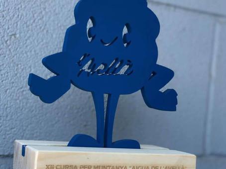 La mascota de Agua Mineral Natural L'Avellà como trofeo de la Carrera de Montaña de Catí