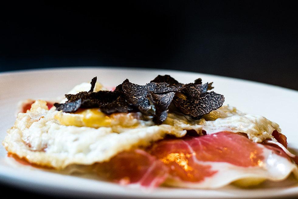 Huevos_fritos_trufados_sobre_lecho_de_pa