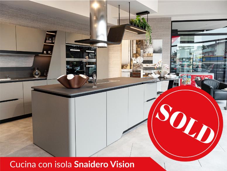Cucina con isola di Snaidero modello Vision disegnata da Pininfarina