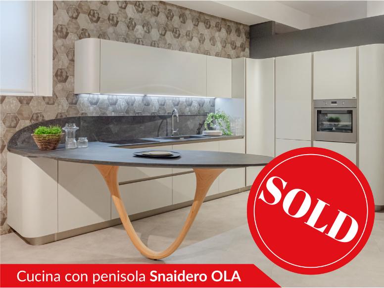 Cucina con penisola modello OLA di Snaidero