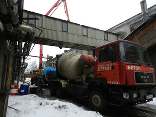 Подача бетона бетононасосом в производственный цех в Твери