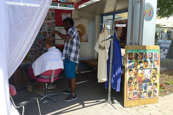 Friseur in der Bushaltestelle - Festival der Regionen Marchtrenk.jpg