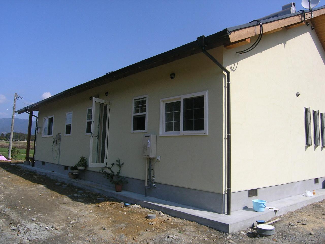 屋根の上には太陽熱温水器