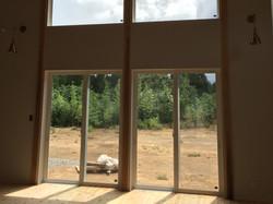 大きな窓で開放的な空間に