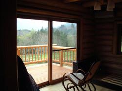 大きな窓からテラスと外の景色が一望できる