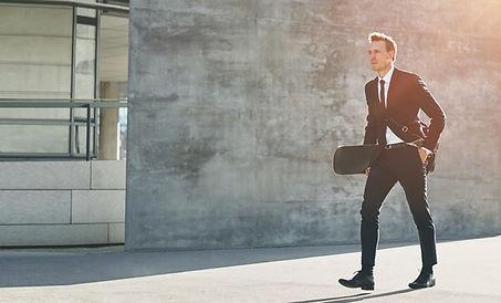 a-businessman-car1ies-a-skateboard-in-downtown-2021-08-26-17-26-35-utc copia.jpg