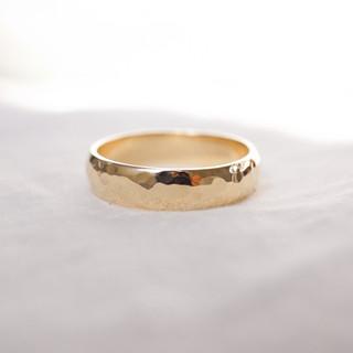 Men's hammered gold wedding band