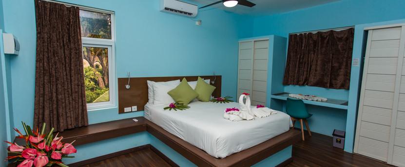 Queen Bed - Main Bedroom