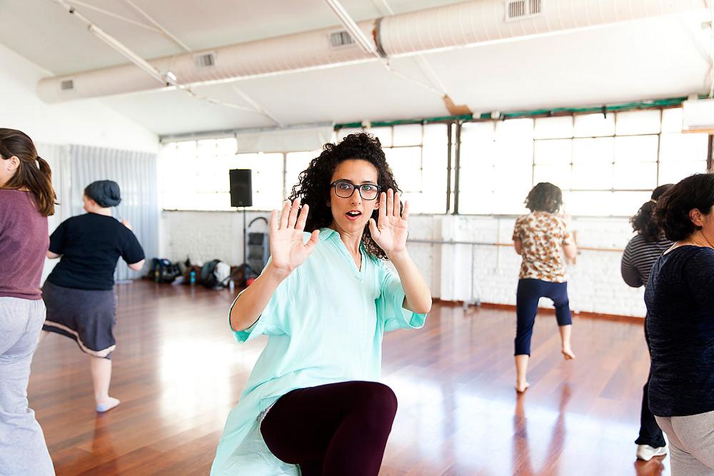 נשים לומדות טכניקות שקורס הגנה עצמית מעצימה