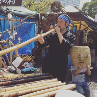春風、お店を訪ねてくれたテラジンさん製作の竹ディジュリドゥを吹いてます。ナチュラ