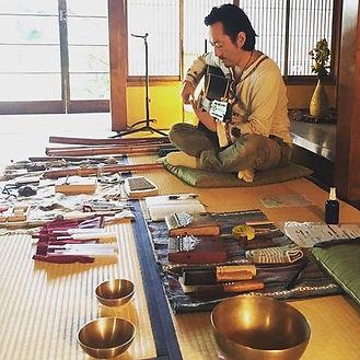 音浴LIVEマッサージでは色々な楽器を使っています。僕は、口琴、ギター、法竹、デ