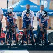 Une équipe au départ d'un contre la montre en cyclisme