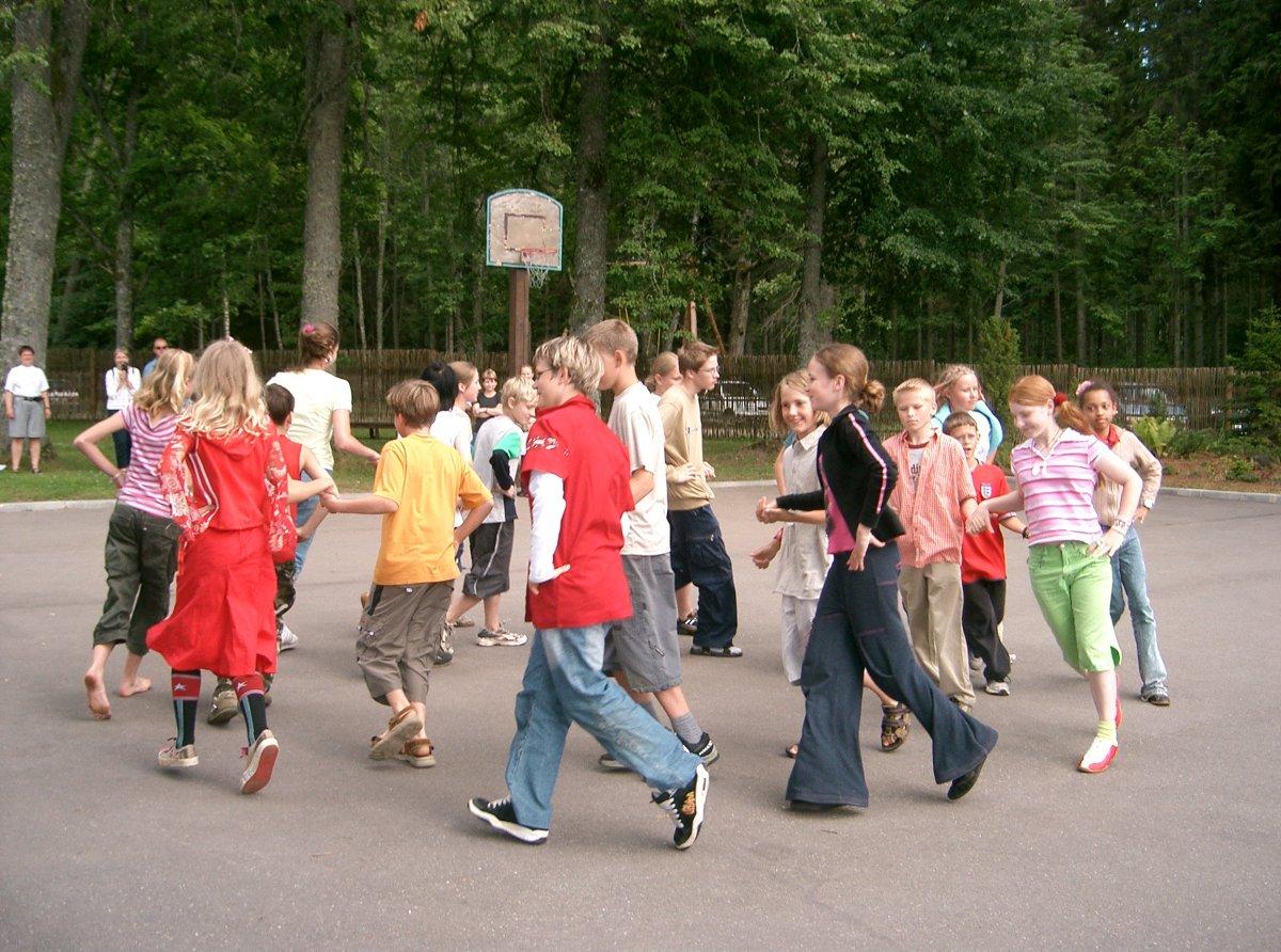 2004 EVSnieki uzstajas ar danciem Oira oira