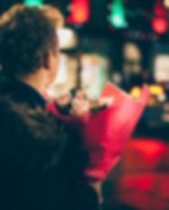 Homme romantique au bouquet
