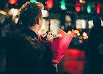 Homem romântico com buquê