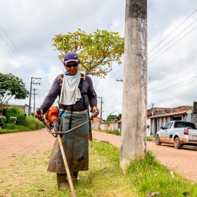 A Secretaria municipal de Meio Ambiente realiza serviço de roçagem e limpeza