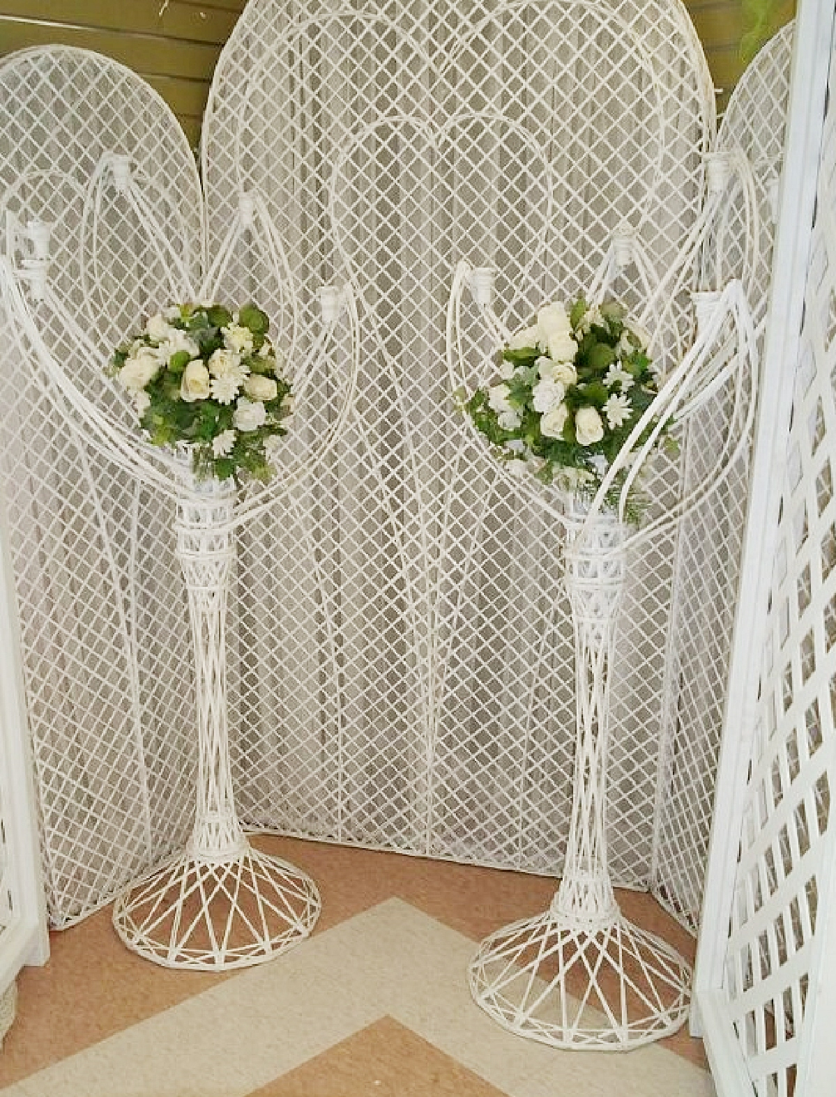 5 Leaf Wicker Stand w/White Flowers