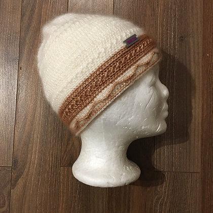 Filigrane, romantische weiß-braune Mütze