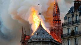 Incêndio hoje, 15/04/2019, na catedral de Notre-Dame já dura 3h, e parte da estrutura desaba.