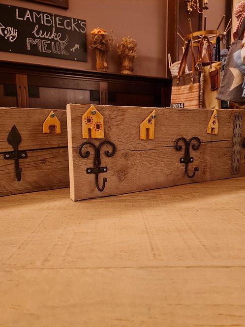 Houten kapstokken van steigerhout met keramieken details.