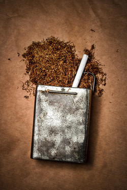 Tabakdose mit Zigarette