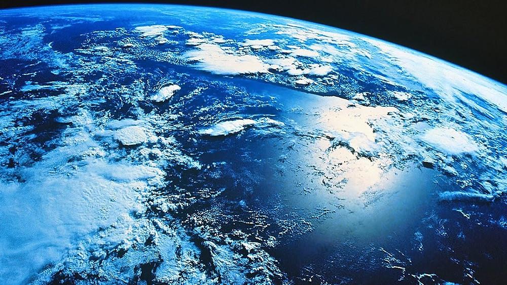 La Terre vue du ciel. Bleue et couverte de nuages.