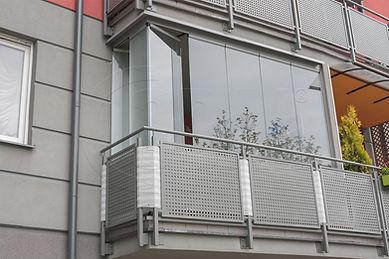 Bezramowa zabudoa balkonu