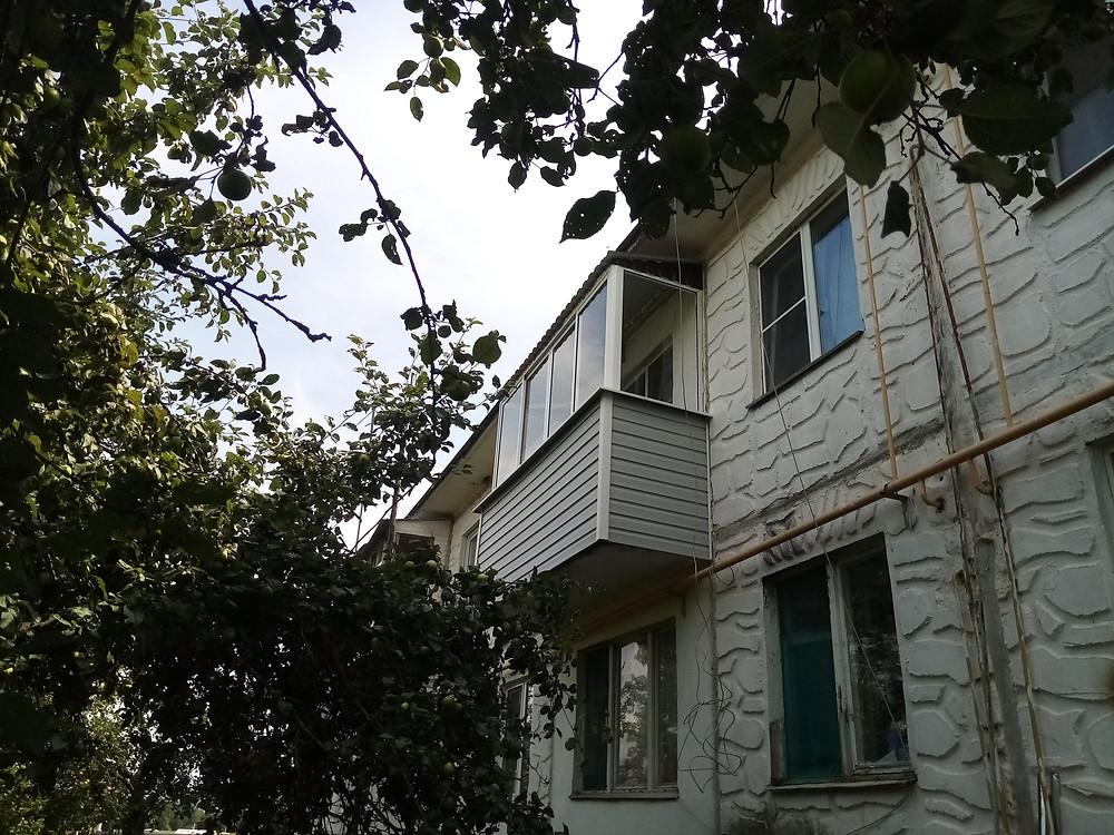 Остекление балкона с крышей в Серпухове