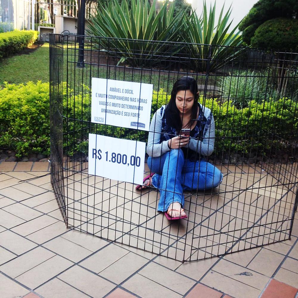 na entrada da ESPM antes do lançamento do vídeo da campanha