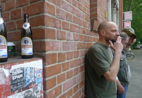 담배피는아저씨,맥주병,벽-사진.jpg