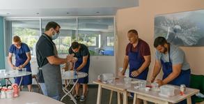 Préparation de la pâte pendant l'atelier en présentiel