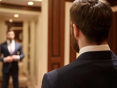Входная дверь с зеркалом: плюсы и минусы, особенности выбора и установки