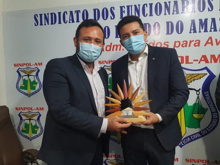 DIRETORIA DO SINPOL-AM CONFERE COMENDA AJURICABA AO DEPUTADO DELEGADO PÉRICLES