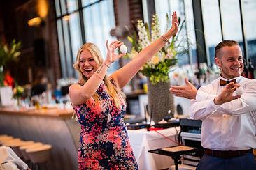 Magier Steasy verzaubert die Wallufer Gäste einer Hochzeit