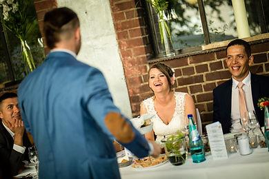 Der Zauberer verzaubert das Brautpaa auf eine Hochzeit in Aschaffenburg